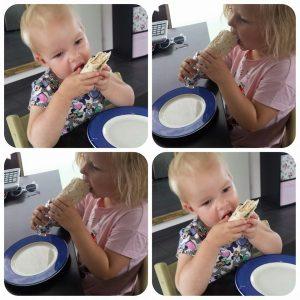 Kinderen eten wraps met vissticks. Recept uit het kidsproof-kookboek van Chickslovefood.