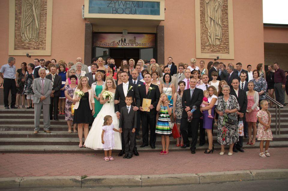 Poolse bruiloft met gasten voor de kerk