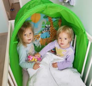 Sara en Nina bedtent - Cadeaus, taart en gezelligheid - Sara 3 jaar