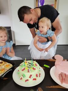 Sara en taart - Cadeaus, taart en gezelligheid - Sara 3 jaar