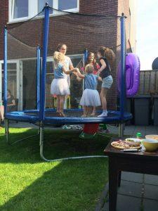 Trampoline springen - Cadeaus, taart en gezelligheid - Sara 3 jaar